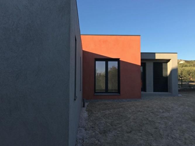Maison avec toiture terrasse végétale