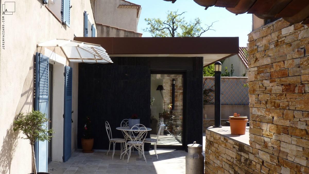 Extension contemporaine d'un séjour de maison individuelle : extension-maison-ete-beton-marseille-architecte-azzaro-min