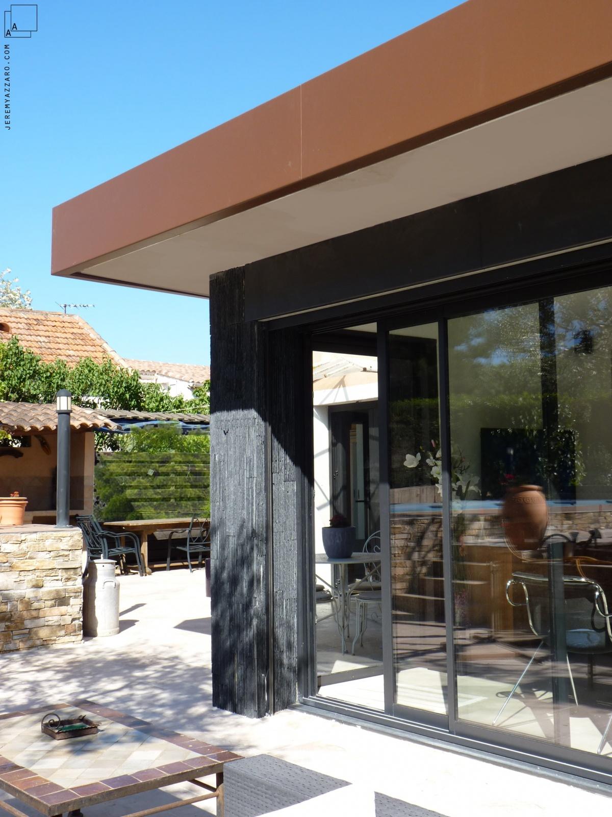 Extension contemporaine d'un séjour de maison individuelle : jeremy-azzaro-architecte-extension-contemporaine-acier-pierre-beton-min