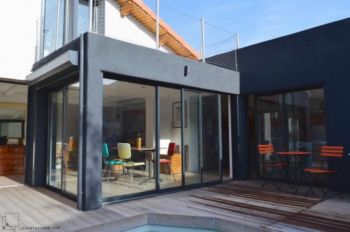 Recomposition intérieure d'une maison marseillaise avec extension contemporaine